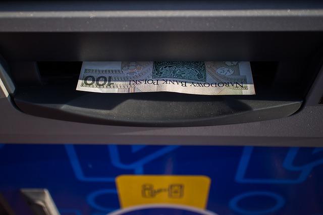 peníze z bankomatu.jpg