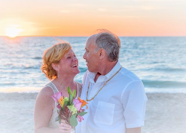 šťastný usmívající se na sebe manželský pár u moře.jpg